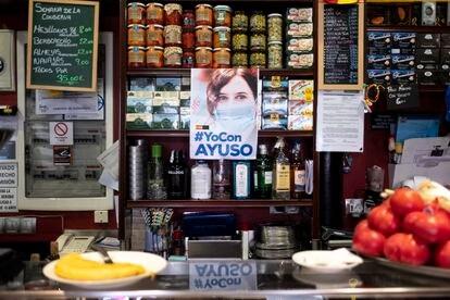 Cartel de apoyo a Isabel Díaz Ayuso en un bar del centro de Madrid.