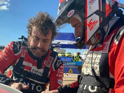 Fernando Alonso arreglando el coche junto a Marc Coma. En vídeo, declaraciones de Alonso.