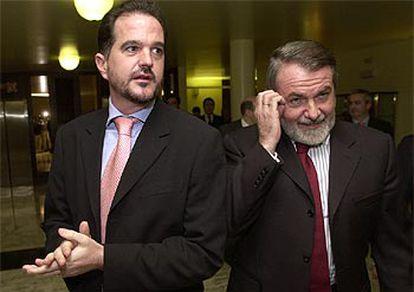 Iturgaiz y Mayor Oreja, momentos antes de explicar su decisión de boicotear el pleno de hoy.