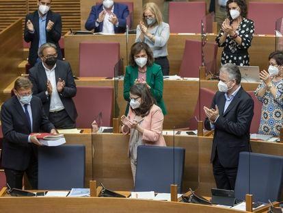 El presidente de la Generalitat Valenciana, Ximo Puig, recibe el aplauso de sus socios de Gobierno tras su intervención en el debate de política general, este lunes.