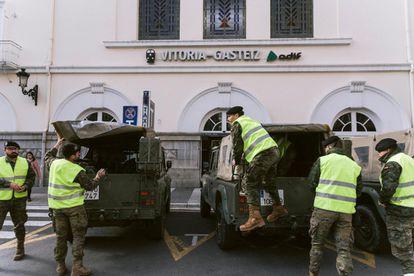 Efectivos de la U.M.E. se preparan para desinfectar la estación de tren de Vitoria-Gasteiz, en su lucha contra la propagación del coronavirus COVID-19.