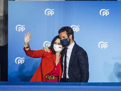 La presidenta de la Comunidad de Madrid y vencedora en las elecciones regionales, Isabel Díaz Ayuso, acompañada por el presidente del PP, Pablo Casado, este martes en la sede del partido en la calle de Génova.
