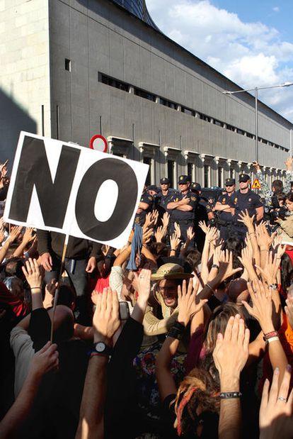 Concentración de indignados junto al Congreso para protestar contra la reforma de los convenios.