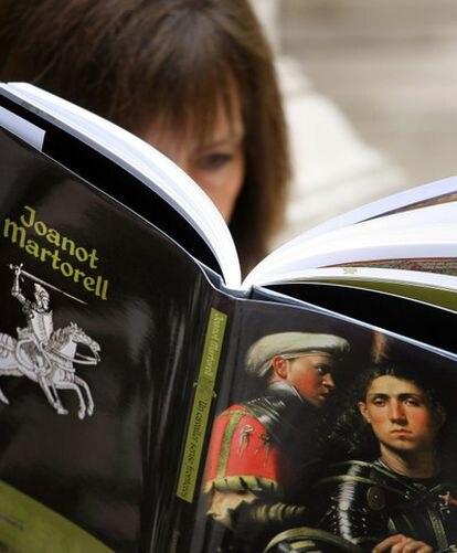 Una lectora consulta el libro de Silvestre Vilaplana sobre Joanot Martorell y su tiempo.