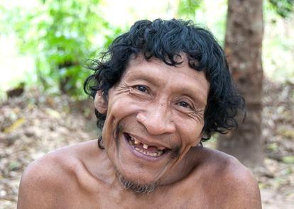 Karapiru Awá sonríe para una foto tomada por Survival International.