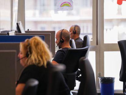 Una imagen de unos teleoperadores del Ayuntamiento de Barcelona. / Ayuntamiento de Barcelona