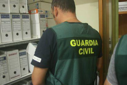 Un agente de la Guardia Civil durante uno de los registros en Galicia.
