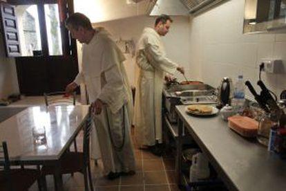 Los dos paulinos se disponen para la comida.