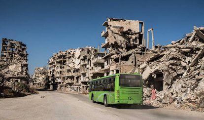 Un autobús público que atiende a las familias que han retornado al barrio de Khaldíe, en Homs.