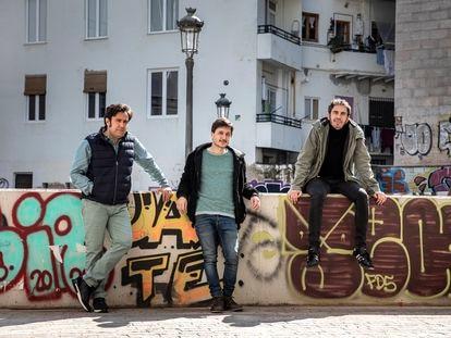 De izquierda a derecha, Rafa Lahuerta, Alberto Torres y David Pascual, en el barrio del Carmen de Valencia.