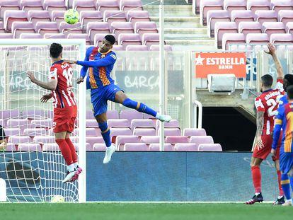 Araujo trata de rematar ante la portería del Atlético.