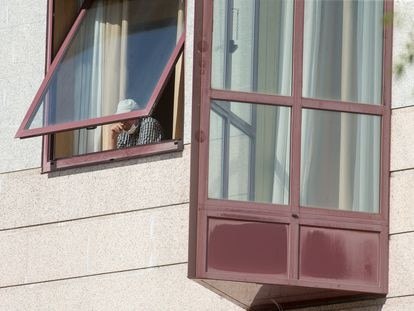 Una persona se asoma por la ventana de la residencia de mayores DomusVi de Outeiro de Rei en Lugo, después de que la Xunta interviniese el geriátrico en septiembre.