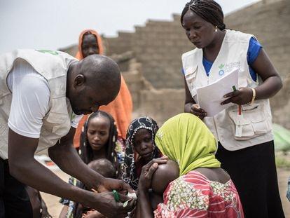Trabajadores de Acción contra el Hambre monitorean la situación nutricional de la infancia en una comunidad de desplazados en Maiduguri, en el Estado de Borno (Nigeria).