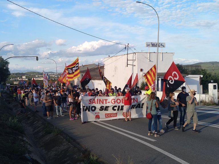 La manifestación contra el cierre de la planta de Saint-Gobain en L'Arboç cortó el domingo la N-340.