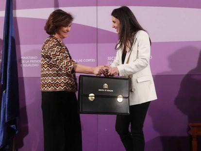 Irene Montero (d), junto a Carmen Calvo (i), durante su toma de posesión como ministra de Igualdad.
