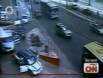 Imagen del momento en que los coches de los asaltantes disparan a las puertas del casino Royale.