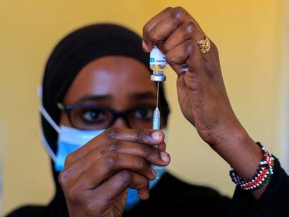 Una enfermera prepara una dosis de la vacuna contra la covid-19 en Kajiado (Kenia) el pasado 23 de agosto.