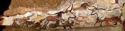 Panel con pinturas rupestres en la cueva de Lascaux, Francia.