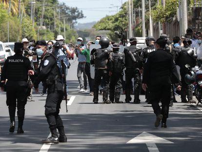 Fuerzas policiales cercan este miércoles la vivienda de la aspirante opositora a la presidencia de Nicaragua, Cristiana María Chamorro Barrios, en Managua.