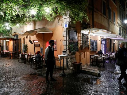 Un camarero aguarda ante la ausencia de clientes en un restaurante de Roma, en octubre de 2020.
