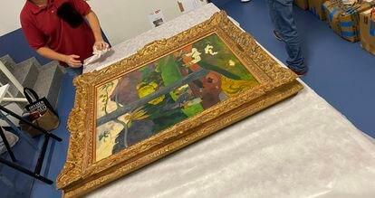 Trabajos de embalaje del 'Mata Mua', en el Museo Nacional Thyssen-Bornemisza, en junio de 2020.