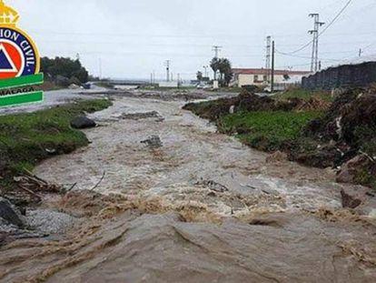 Vista del cauce del río Seco a su paso por la localidad de Vélez-Malaga, en Málaga.