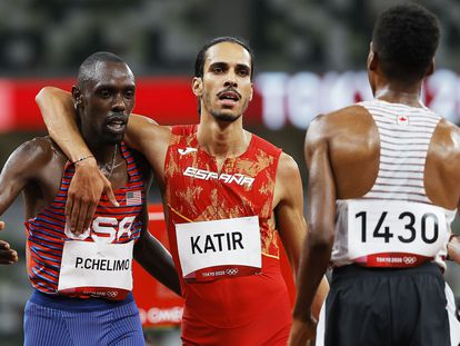 Mohamed Katir abraza a Chelimo tras las semifinales de 5.000m.