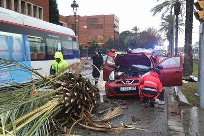 Los bomberos rescatan a una mujer atrapada en un coche en la Diagonal.