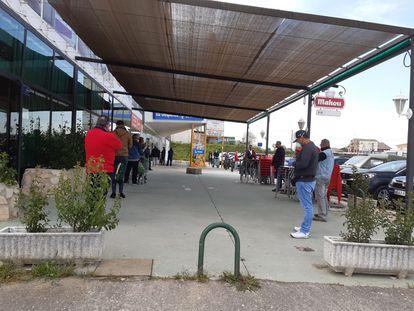 Gente haciendo cola para comprar en un establecimiento de Escalona, en Toledo, en una imagen cedida por el Ayuntamiento de la localidad.