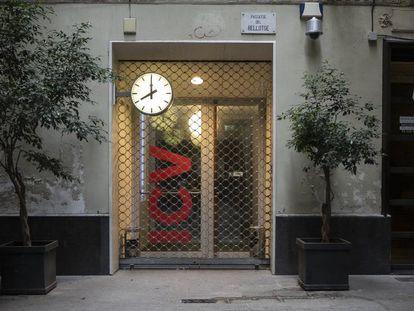 Fachada de la sede de Iniciativa per Catalunya (ICV) en el passatge del Rellotge de Barcelona.