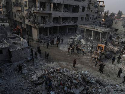 Foto de archivo de 2018 de civiles y voluntarios de la Defensa Civil Siria mientras buscan sobrevivientes después de que varios ataques aéreos destruyeran edificios en la ciudad de Hamoria, al-Ghouta (Siria).