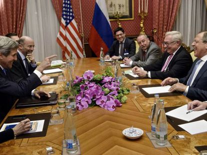 Kerry y Lavrov en la mesa de negociaciones en Lausana (Suiza).