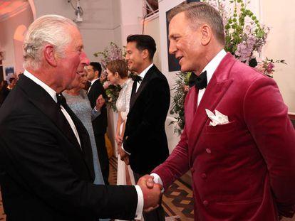 El príncipe de Gales, Carlos de Inglaterra, y Daniel Craig, en el estreno de 'Sin tiempo para morir', la última película del actor como James Bond, en el Royal Albert Hall de Londres, el 28 de septiembre de 2021.