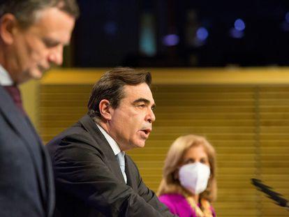 El vicepresidente de la Comisión Europea Margaritis Schinas, este martes en Bruselas entre el portavoz del Ejecutivo, Éric Mamer, y la comisaria Stella Kyriakides.