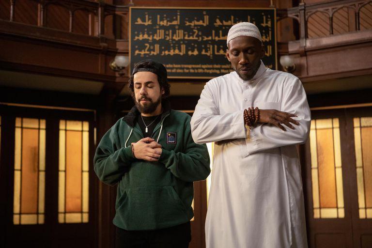 Ramy Youssef y Mahershala Ali, en la segunda temporada de 'Ramy'.