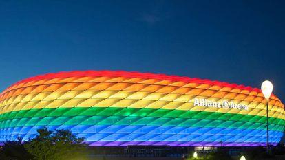 El Allianz Arena, iluminado con la bandera LGTBI.