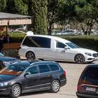 Empleados de la funeraria municipal introducen el féretro de un muerto por coronavirus en un coche, en el Tanatorio Sur de Madrid