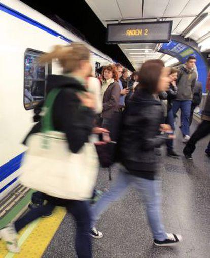 Varios viajeros, en una estación del metro de Madrid.