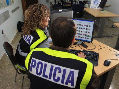 Agentes del grupo de delitos informáticos de la Policía Nacional, en una comisaría de Málaga.