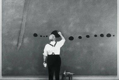 El artista Joan Miró, trabajando en la obra, en París, en 1961.