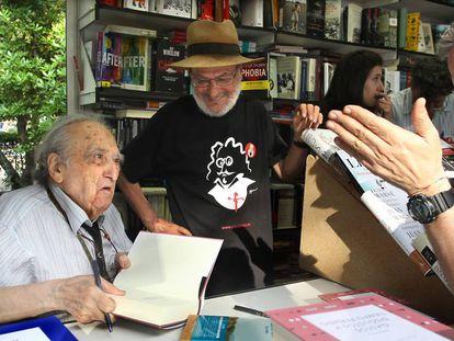 Rafael Sanchez Ferlosio firmando ejemplares en la Feria del Libro en 2016.