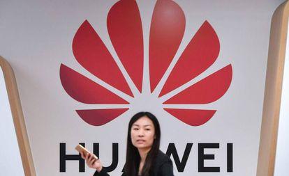 Una mujer, este martes en la entrada del centro de Huawei en Bruselas.