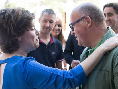 La candidata a presidenta del PP saluda a Baltar en el acto con compromisarios gallegos.