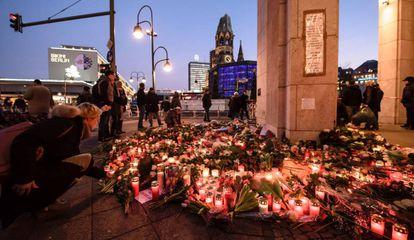 Velas y flores llenan este miércoles el lugar del atentado de Berlín.