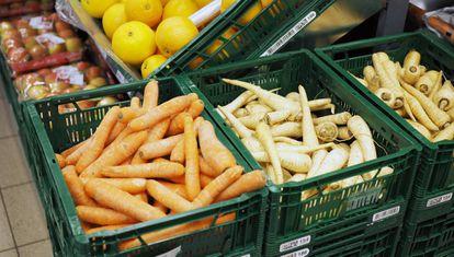 Pastinacas y zanahorias 'feas' en un supermercado danés.