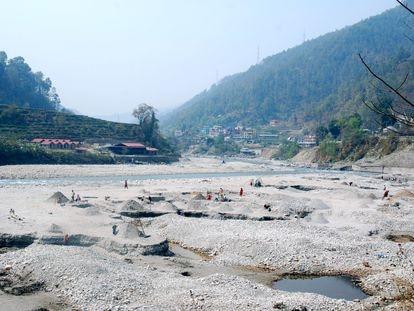 La mayoría de la extracción de arena de los ríos se produce en los países menos desarrollados. En la imagen, minería de áridos en el curso del río Sunkoshi, cerca de Katmandú, Nepal.