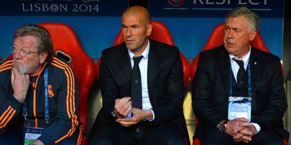 Zinedine Zidane, en el centro, en el banquillo del Real Madrid en un partido de Champions League.