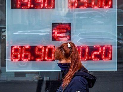 Una mujer pasa por delante de una oficina de cambio de divisas en Moscú.