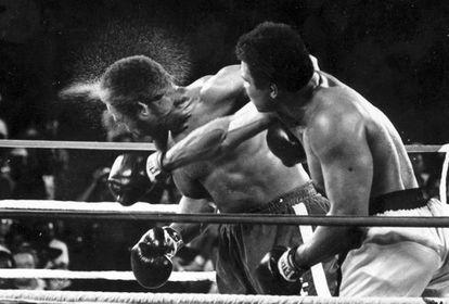 Derechazo de Ali a Foreman en su combate de 1974.
