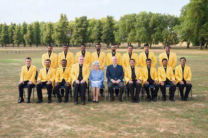 El Club de Críquet de San Pedro (del Vaticano, claro), posa sonriente con Isabel II.